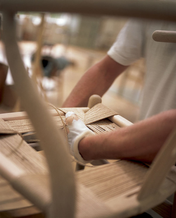 Decon-Wishbone-Chair-Carl-Hansen-9-weaving-600x745