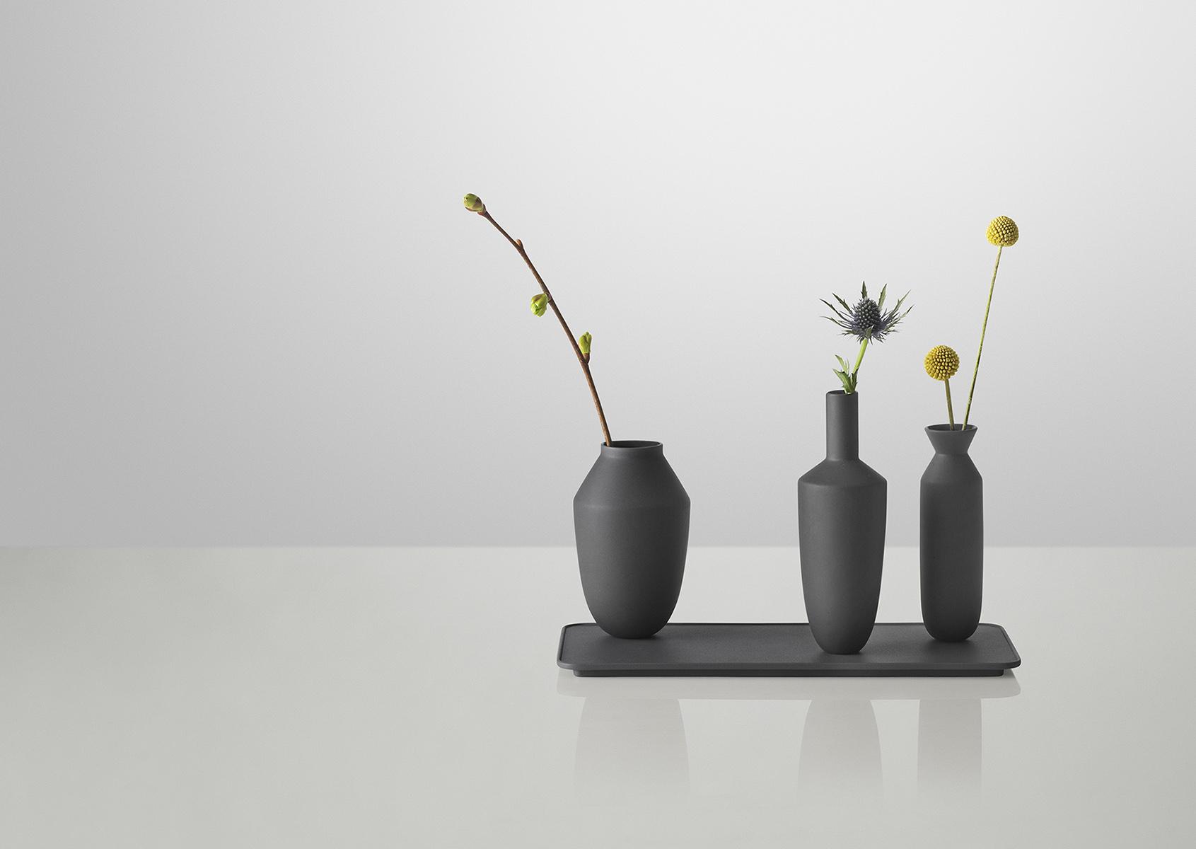 Balance_vase_set_black_flowers_
