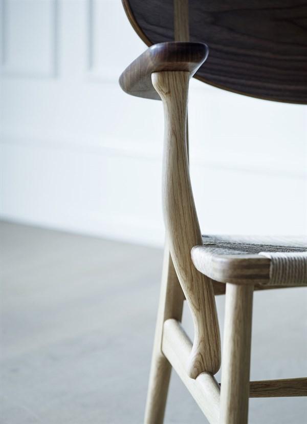 wegner_ch22-oak-walnut-mix_detail_armrest_600x828